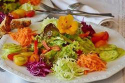 色鮮やかなサラダ