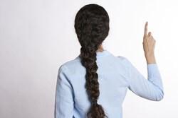 背中を向けて指を上に向ける女性